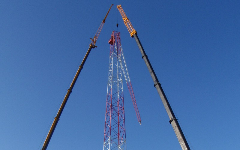 Use of cranes to disassemble partially collapsed tower